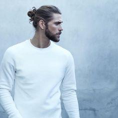Lange Haare binden Männer heute zu einem lässigen Dutt zusammen