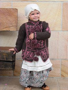 KAIKUS, CHAQUETAS VASCAS HECHAS A MANO: DIFERENTES TALLAS; NIÑOS/AS, BEBES, ADULTOS Asturian, Basque Country, My Heritage, Bucket, Green Jacket, How To Knit, Hands, Jackets, Suits