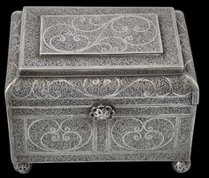 Indo-Portuguese Silver Filigree Casket, Goa - Michael Backman Ltd Silver Filigree, Antique Silver, Hermitage Amsterdam, Bone Crafts, Antique Boxes, Small Boxes, Casket, Art Market, Metal Working