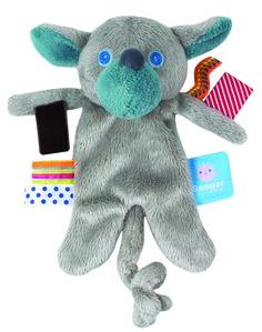 Snoozebaby knuffel Jotchi uit de online shop van Babyaccessoires.eu, met de handige labeltjes die de tastzin en motoriek van je baby'tje helpen ontwikkelen.