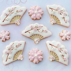 Pretty fan and blossom cookies / Sakura Iced Cookies, Cute Cookies, Royal Icing Cookies, Cupcake Cookies, Cupcakes, Japanese Theme Parties, Japanese Party, Cherry Blossom Party, Japanese Cookies