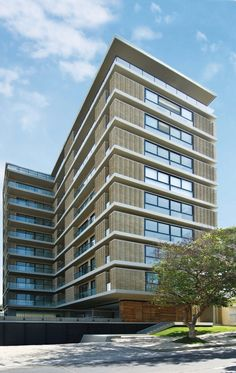 Este edificio de apartamentos en Barranquilla se sale de lo común para proponer una relación diferente con su entorno, mientras que ofrece a su habitantes una amable vivencia de sus espacios.