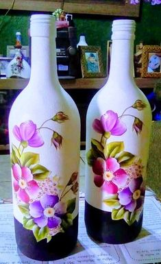 Recycled Glass Bottles, Painted Wine Bottles, Painted Jars, Hand Painted, Decorated Bottles, Wine Bottle Art, Diy Bottle, Wine Bottle Crafts, Glass Painting Designs