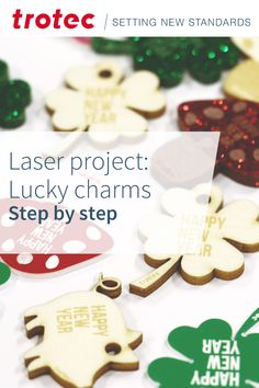 Combine aluminum tags and other materials to this individual lucky charm for New Year. Trotec Laser, Lucky Charm, Step By Step Instructions, Honeycomb, Gingerbread Cookies, Diy, Charmed, Christmas Ornaments, Holiday Decor