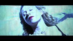 Schatten (Eurydike sagt) // Trailer der Schaubühne Berlin  vonElfriedeJelinek Regie:KatieMitchell Trailer: Julia Elger Eurydike kehrt aus dem Reich des Todes zurück ins Leben. Orpheus der gefeierte Sänger führt sie zurück durch Tunnel über düstere Korridore dunkle Aufzugschächte hinauf und fährt sie durch endlose leere unterirdische Straßen. Während ihrer Reise erinnert sie sich wie sie zu Lebzeiten als Autorin stets im Schatten ihres Geliebten Orpheus stand in einer Gesellschaft die für sie…
