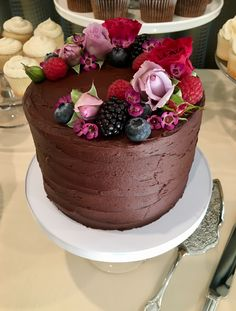 A pretty little one tier Chocolate Buttercream Wedding Cake with fresh berries a… - Cake Decorating Square Ideen Cream Wedding Cakes, Fruit Wedding Cake, Buttercream Wedding Cake, Chocolate Fruit Cake, Chocolate Flowers, Chocolate Buttercream, Chocolate Cream, Pretty Cakes, Beautiful Cakes