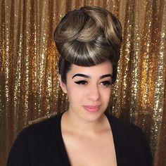 chignon haut facon pin up 1940s Hairstyles, Bun Hairstyles, Wedding Hairstyles, Hairstyle Ideas, Mode Pin Up, Helmet Hair, Knot Bun, Hollywood Waves, Ballroom Hair