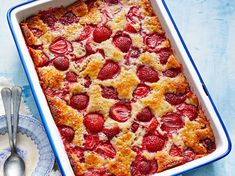 This Cakey Strawberry Cobbler is not only is it delicious, it's one of the easiest types of cobbler to pull off, making it a great recipe for budding Strawberry Cobbler, Fruit Cobbler, Strawberry Recipes, Blackberry Cheesecake, Blackberry Cobbler, Cobbler Recipe, Strawberry Cupcakes, Blueberry Recipes, Cheesecake Bars