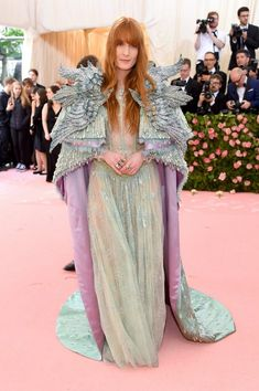 Florence Welch The new Mother of Dragons? Florence Welch attends the 2019 Met Gala in a sheer turquoise Gucci dress with an embellished pastel coloured cape. Kris Jenner, Kendall Jenner, Donatella Versace, Anna Wintour, Christian Siriano, Moschino, Pink Carpet, Red Carpet Looks, Red Carpet Fashion