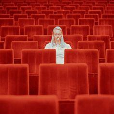 La photographe slovaque Maria Svarbova est à l'origine de la série Human Space. Elle photographie des sujets au sein d'espaces vides où le temps semble suspendu. Des clichés qui poussent à la contemplation et qui se situent à la frontière entre le réel et le fictif, de par le traitement des images mais également les attitudes et les mises en scènes créées.