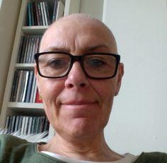 'Jeg fik konstateret brystkræft i december 2012, fik brystbevarende operation og startede med 1. kemobehandling i januar 2013. Billedet her er fra sidst i februar, hvor jeg ikke har særlig meget hår tilbage. Jeg er i dag færdig med kemobehandlingerne og kan næsten ikke vente på, at mit hår bliver så langt, at jeg tør smide kasketten. Om nogle uger! Jeg har savnet mit hår rigtig meget'. Hanne