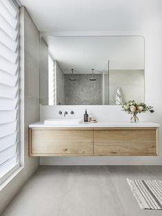 Deze tegels in badkamer met witte wand en de wastagelmeubel is ook mooi