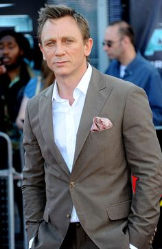 Discover our collection of Daniel craig james bond suits . These elegant Daniel craig 007 tuxedos and suits are available at discounted price Daniel Craig Suit, Daniel Craig Style, Daniel Craig James Bond, Craig 007, Craig Bond, James Bond Suit, Bond Suits, James Bond Style, Smart Casual Outfit