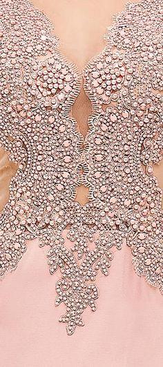 Vestido longo de crepe com tule bordado. O busto ricamente bordado em pérolas…