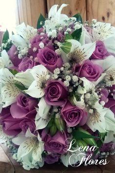 Buque de Noiva com rosas lilases, alstromerias brancas e mosquitinho. Lena Flores - Bariri/SP. By Mariana Corbetta