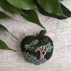 """Оригинальная брошь от @olesya_art_jewellery . . . . - """"Вы любите яблоки, а может предпочитаете груши? Поделитесь, какую брошь вам было бы интересно увидеть в моём исполнении ✅ Брошь """"GreenApple"""" Чешский и японский бисер #toho, итальянские пайетки, граненые бусины. Изнанка натуральная кожа.----- ----- --------------------------------------------------------------- Размер: ✔47х40 мм (без листика)) Цена: ✔2200р ✅ ✅ ✅ Все работы в наличии по тегу #olesya_happy ✅ ✅ ✅ #handma..."""