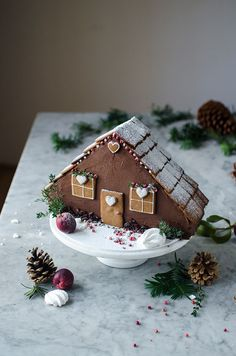 Gingerbread house - layer cake with cheesecake layer inside, caramel frosting and gingerbread cake Christmas Feeling, Noel Christmas, Christmas Goodies, Christmas Desserts, Easy Gingerbread House, Gingerbread Cake, Candy Companies, Caramel Frosting, Cookie Icing