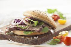 Sandwich de lomo y rúcula en pan sin gluten / Gluten free sandwich with meat and arugula. / Photography by #fernandabonserio / food styling by #nataliacaneva