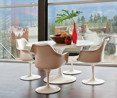 In 1956, Eero Saarinen's Tulip chair had a futuristic quality well ahead of its time. Today it graces modern & contemporary homes worldwide.