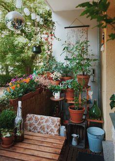 Der Sommer vergrößert unseren Lebensraum, in dem wir es uns gemütlich machen – und besonders glücklich können sich jetzt diejenigen schätzen, die einen Balkon oder Garten ihr Eigen nennen. Das zusätzliche Zimmer unter freiem Himmel bietet Platz zum Sonne tanken, für gesellige Runden an lauen Abenden und natürlich auch für kreative Gestaltungsideen. Wie so oft kommen die schönsten Lösungen nicht von der Stange, sondern sind selbsterdacht und selbstgemacht. Weitere Deko - Ideen findet ihr… Small Courtyard Gardens, Small Courtyards, Balcony Garden, Small Balcony Decor, Home Room Design, Apartment Interior Design, Back Patio, Diy Patio, Dream Decor