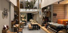 Βρίσκεται στο κέντρο της πόλης, στον ανερχόμενο πεζόδρομο της Ικτίνου και αγαπά όσο τίποτα τον ποιοτικό καφε.