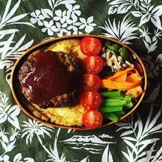 こちらはどーんと大きなハンバーグ丼のお弁当です。お子さんやパパが喜んでくれそうです♪縦に並べたミニトマトが鮮やかでかわいいですね。副菜の野菜も栄養たっぷり、バランスのとれた食べごたえのあるお弁当です。