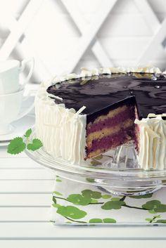 Raikas ja aromaattisen maukas mustaherukka-jogurttikakku kruunaa juhlapöydän herkullisella maullaan ja ulkonäöllään. Delicious Desserts, Dessert Recipes, Purple Food, Yogurt Cake, Cooking Time, Vanilla Cake, Caramel, Cheesecake, Cheesecakes