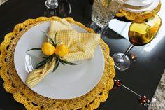 Decoração mesa posta em amarelo com sousplat de crochê