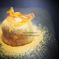 #一日一菓 #菓道 「 #蓮根餅 」 #wagashi of the day #HasuneMochi  本日は8月最終日「 #野菜の日 」です。 私のラインナップの中で一番人気の野菜和菓子です。この和菓子は某テレビ番組の中で作りましたが、一般的に流通している「蓮粉」ではなく、フレッシュの蓮根のみでお餅を作ってあります。 純粋な根菜ならではの甘味がとても美味しい和菓子です。  #JunichiMitsubori #和菓子 #一菓流  #蓮根