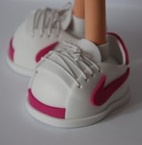 SUEÑOS: MAS ZAPATOS PARA FOFUCHAS Sewing Doll Clothes, Sewing Dolls, Foam Crafts, Diy And Crafts, Doll Shoe Patterns, How To Make Shoes, Doll Shoes, Craft Tutorials, Sewing Crafts