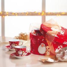 Set de cesti de Craciun - 85 LEI     O superba cutie cadou decorata cu motive de Craciun ce ascunde sase cescute de cafea si sase farfurioare cu acelasi aspect festiv.  Un set gata pentru a fi facut cadou unei persoane dragi, in timpul sarbatorilor de iarna.
