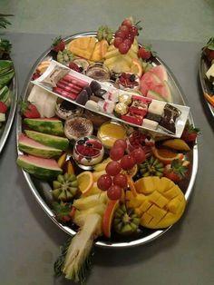 Moroccan Salad, Moroccan Party, Cuisine Diverse, Food Decoration, Decorations, Delicious Fruit, Vegetable Salad, Wedding Desserts, Mediterranean Recipes
