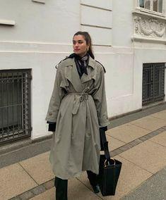 Стильный городской гардероб 2021 - подборка актуальных образов от Modus.kr Крой, обувь, акценты. #гардероб2021 #тренды2021 #джинсы2021 #блейзер2021 #брюки2021 #сочетания2021 #обувь2021 #образы2021 Khaki Trench Coat, Classic Trench Coat, Trench Coats, Heavy Winter Coat, Everyday Casual Outfits, Spring Jackets, Modest Fashion, Daily Fashion, Women's Fashion