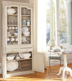 Vitrinas y vajilleros recuperados o de aire vintage donde exponer las vajillas y mantener el orden