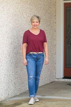 early fall outfit in boyfriend jeans Jean Outfits, Fall Outfits, Casual Outfits, Boyfriend Jeans Outfit, Mom Jeans, Work Casual, Casual Fall, Valley Girls, T Dress