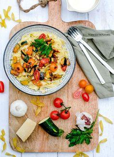Pasta Alfredo mal anders: Mit gebratenem Gemüse und Hähnchenbruststreifen | Rezept auf waseigenes.com Pasta Alfredo, Foodblogger, Snacks, Squash, Zucchini, Curry, Ethnic Recipes, Cooking, Eat Lunch