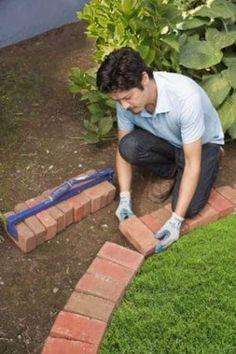 Une idée super facile de bordure de jardin est de poser des briques. Garden Paths, Garden Landscaping, Brick Edging, Easy Garden, Permaculture, Bordeaux, Planters, Backyard, Exterior