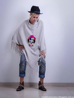 Ponchos invierno 2015 Linda Canaria invierno 2015. Crochet Shawl, Knit Crochet, Normcore, Textiles, Embroidery, Knitting, Shawls, Winter, Sweaters