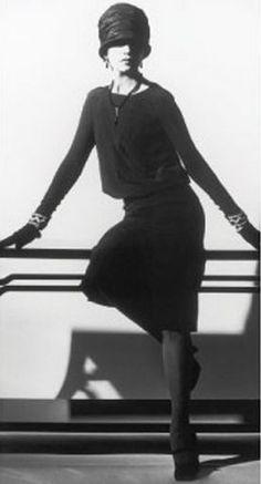 Chanel vintage little black dress Foto Fashion, 20s Fashion, Chanel Fashion, Fashion History, Vintage Fashion, Fashion Clothes, Trendy Fashion, Chanel Vintage, Vintage Beauty