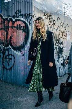 The Best Street Style at New York Fashion Week New Yorker Street Style, New Street Style, New York Fashion Week Street Style, Autumn Street Style, Cool Street Fashion, Street Chic, Street Styles, Power Dressing, Fall Fashion Skirts