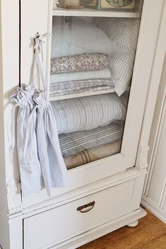 Beautiful White Cabinet - this cabinet started life as an ordinary wood cabinet and was completely transformed with white paint! Via VIBEKE DESIGN: Hello September ! Shabby Chic Farmhouse, Farmhouse Decor, Farmhouse Bedrooms, White Cottage, Cottage Style, Hello September, September 2014, Vibeke Design, Linen Cupboard