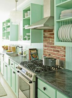 Pastel kitchen color scheme - Home Decorating Trends - Homedit Mint Green Kitchen, Pastel Kitchen, Kitchen Colors, Turquoise Kitchen, Turquoise Cabinets, Kitchen White, Purple Kitchen, Country Kitchen, Vintage Kitchen