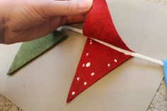 no sew pennant flags. I want to do this with my kids to decorate our classroom! Maybe do the alphabet on them! (Or family project) Christmas Bunting, Christmas Crafts, Christmas Colors, Felt Crafts, Diy Crafts, Sewing Projects, Craft Projects, Diy Girlande, Flag Garland
