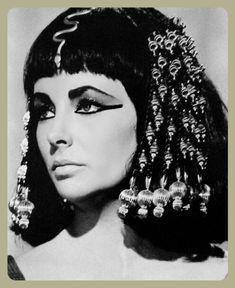 Elizabeth Taylor in Cleopatra Cleopatra Hair, Cleopatra Costume, Egyptian Goddess Costume, Egyptian Hair, Egyptian Tattoo, Egypt Makeup, Elizabeth Taylor Cleopatra, Liz And Liz, Hair Test