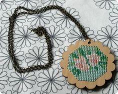 Estos collares de punto cruz están bordados sobre una base de madera con hilos de algodón mercerizado