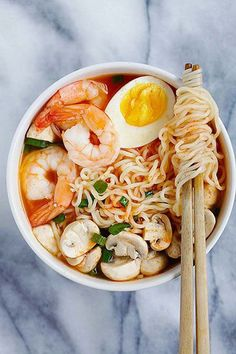 Sriracha Ramen - the best homemade ramen ever with spicy Sriracha broth and yummy toppings. So easy and takes only 15 minutes! I Love Food, Good Food, Yummy Food, Seafood Recipes, Cooking Recipes, Recipes Dinner, Dinner Ideas, Asian Recipes, Healthy Recipes