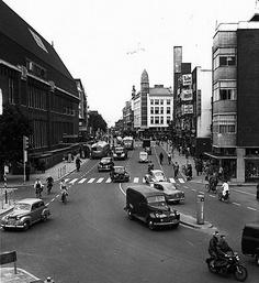 Potterstraat 1953: De bestelauto op de voorgrond rijdt de Voorstraat in, die toen nog tweerichtingsverkeer was