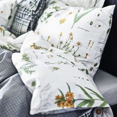 Inspired by old hand-painted botanical illustrations and Swedish wildflowers, give your bedroom a Spring makeover with STRANDKRYPA. #IKEA #botanicals #bedroom #interior #style
