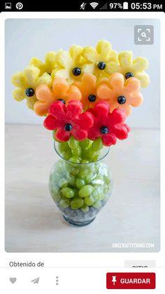 Un bouquet de fruits - A Gradient of Fruity Flowers L'art Du Fruit, Deco Fruit, Fruit Trays, Fruit Salad, Fruit Snacks, Fruit Cakes, Fruit Kabobs, Fresh Fruit, Fun Fruit