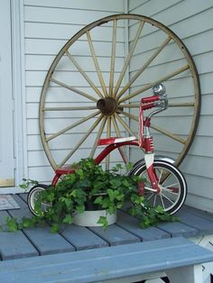 Gorgeous Cheap Front Yard Decorating with Wagon Wheel - Art and Decoration Ideas Wooden Wheel, Wooden Fence, Front Yard Decor, Flower Bed Designs, Old Wagons, Decks And Porches, Front Porches, Unique Gardens, Diy Projects To Try